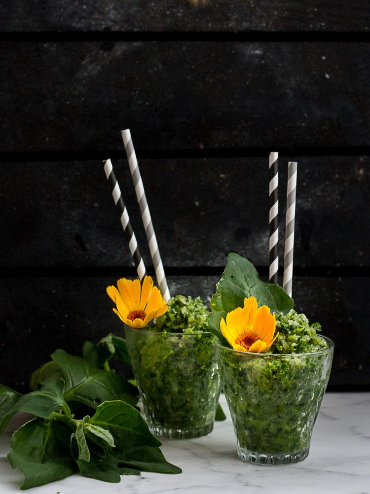 En grön slush på sallat och juice