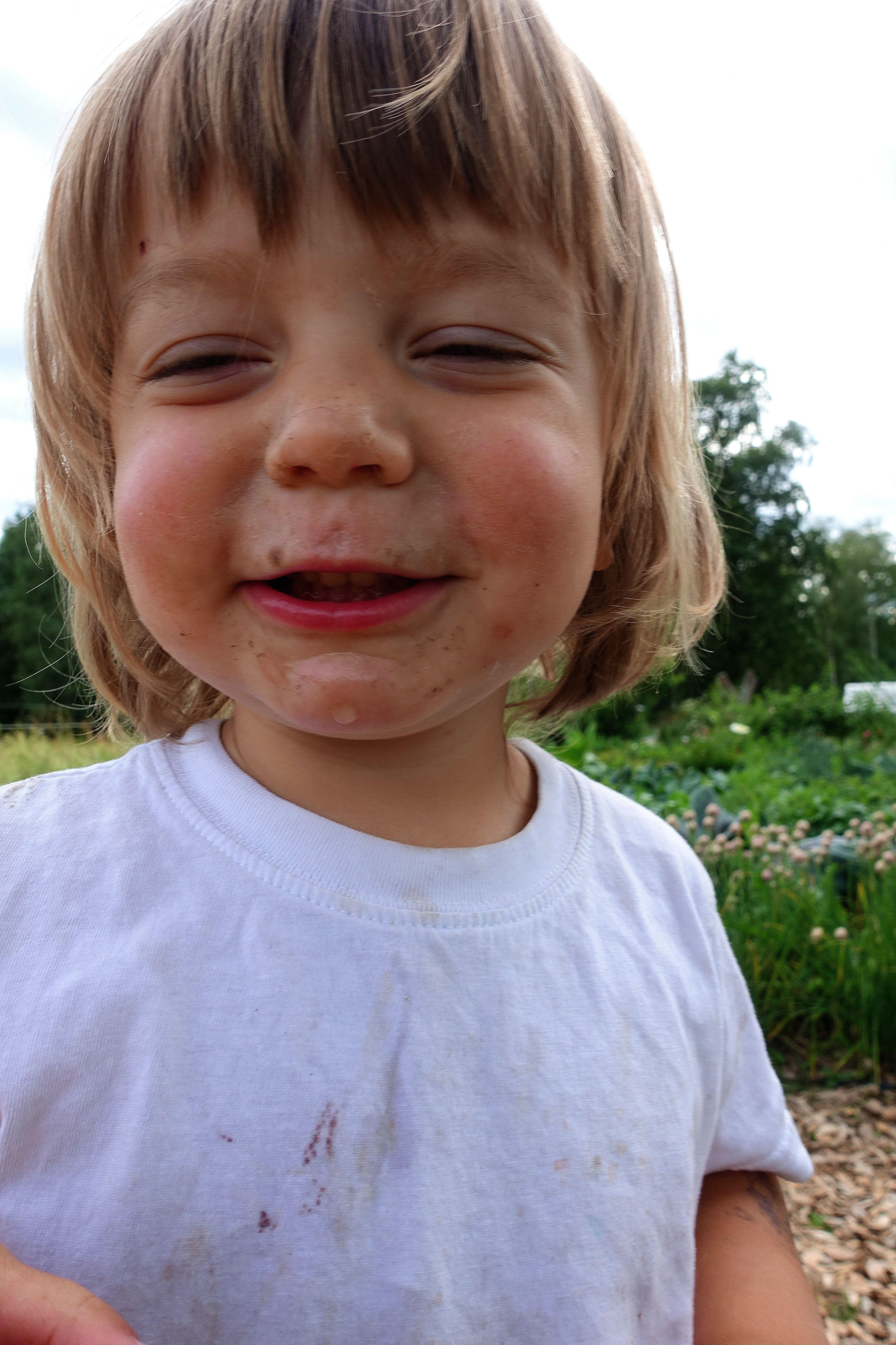 Ett glatt barn, smutsigt i ansiktet. Gardening with kids, Loa with dirt on his face.