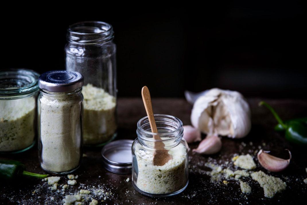 Fina glasburkar med gott salt som samakar chili och vitlök.