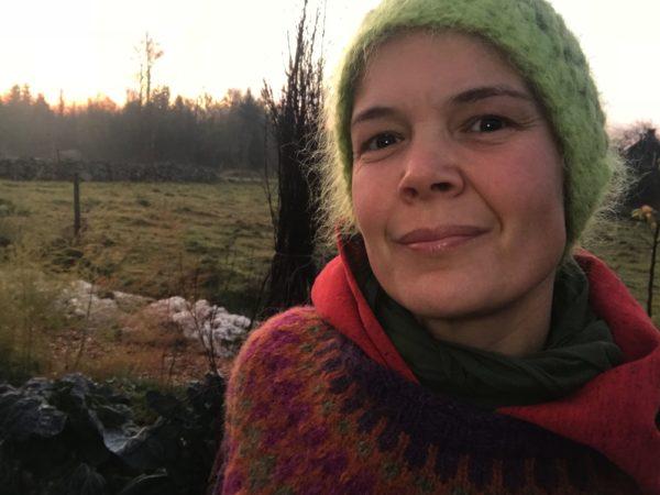 Sara Bäckmo ute i sin trädgård på morgonen
