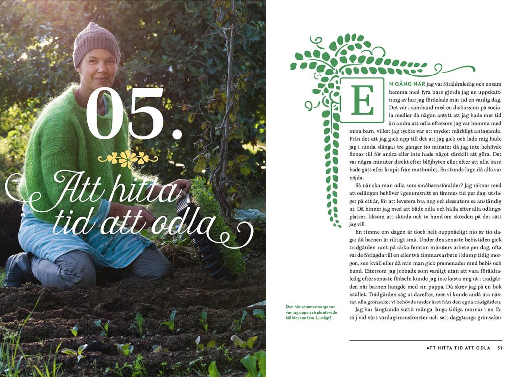 Ett uppslag ur boken med viss text och Sara som planterar på en bild på vänstersidan. Growing with kids book, pictures of Sara planting.