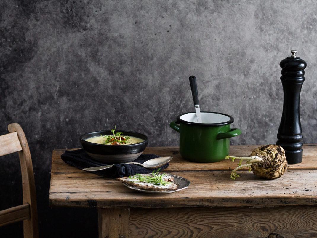 Härligt vacker soppa med rotselleri och svamp.