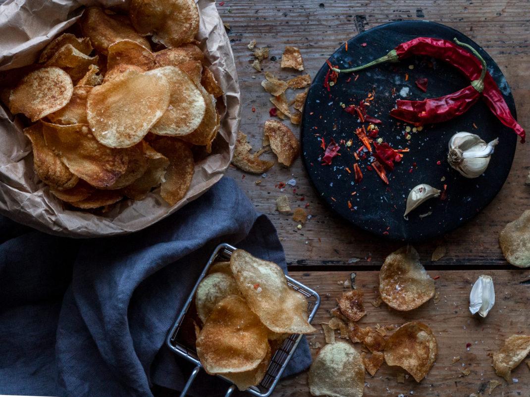 Läckra hemmagjorda potatischips med chili.