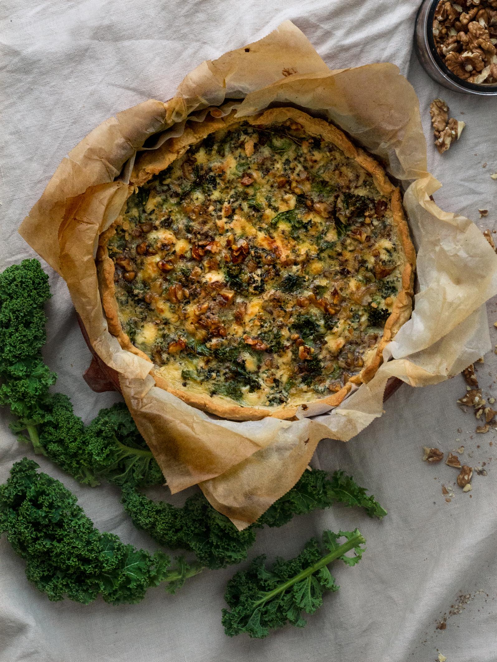 Härlig grönkålspaj med ädelost och nötter.