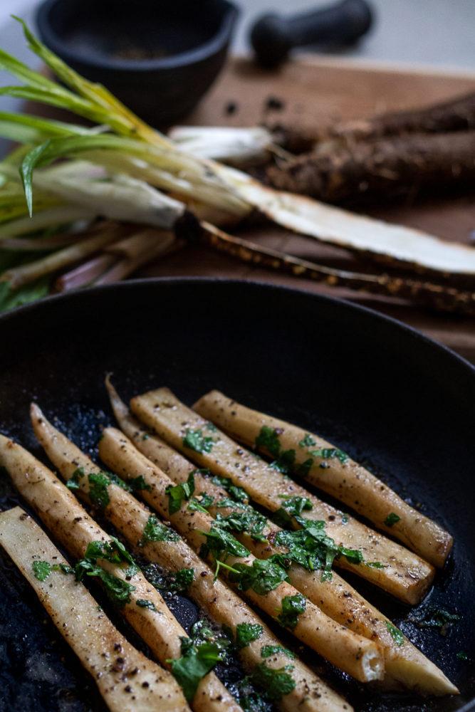 Svartrötter ligger tillagade i stekpannan.