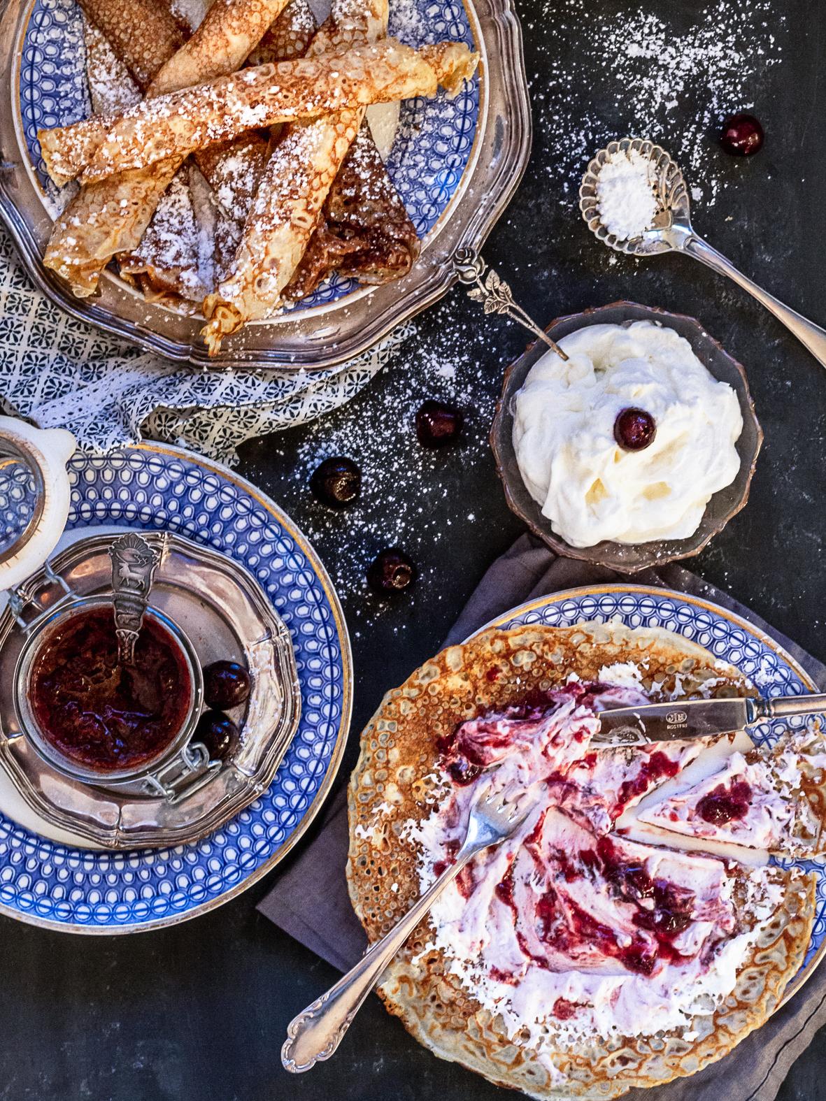 Läcker körsbärssylt tillsammans med nygräddade pannkakor. Raw cherry jam with fresh pancakes.