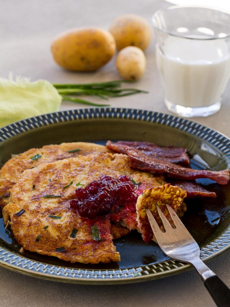 Härliga raggmunkar med gräslök ligger på ett vackert fat. Potato and chive pancakes.