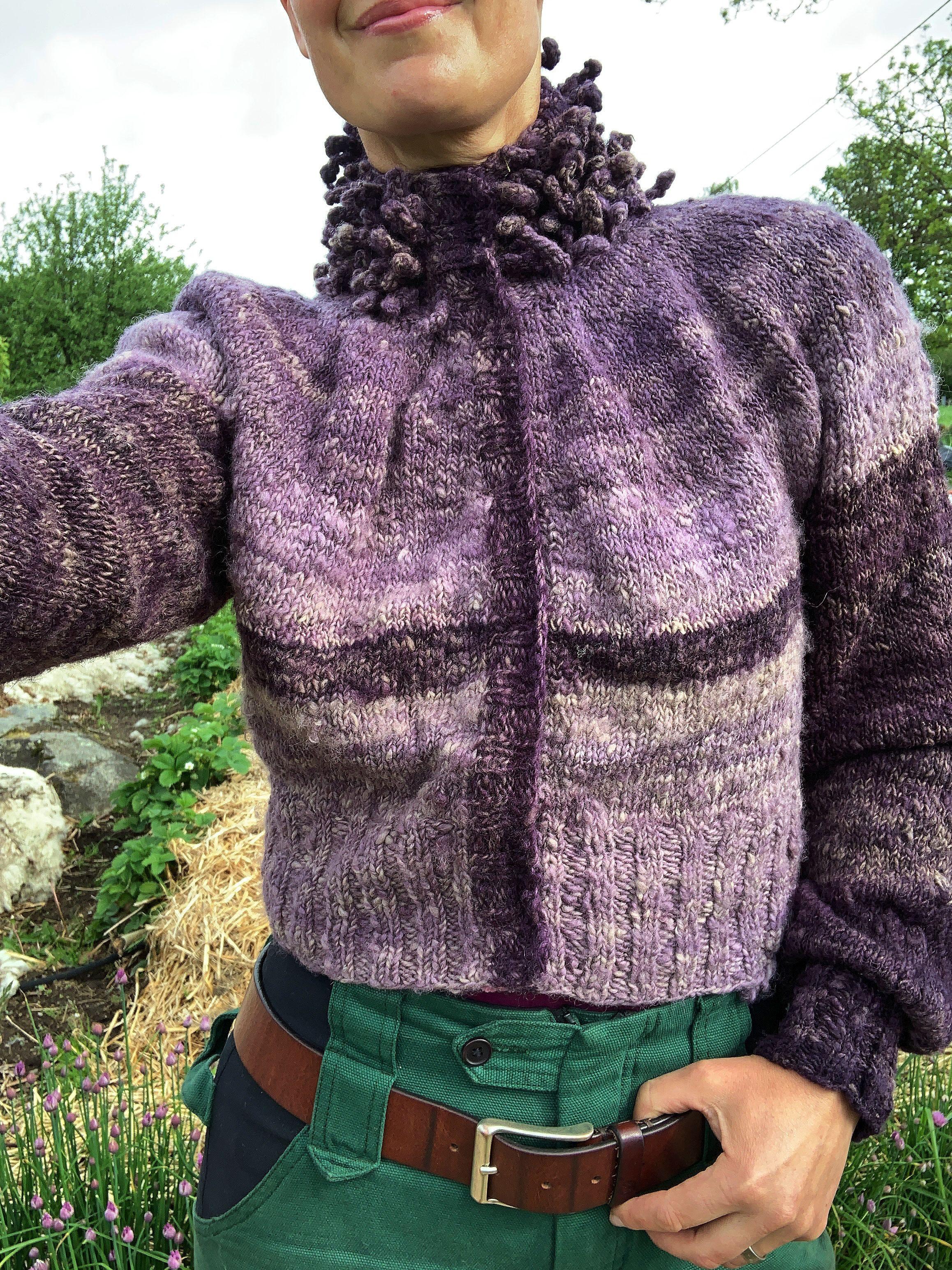 En stående selfie som visar den lila tröjan i helbild. My puff sleeve cardigan.