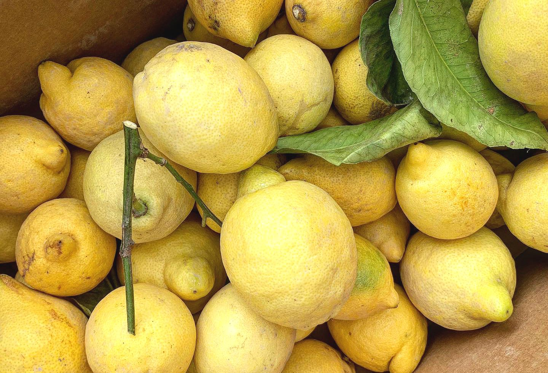 En papplåda med gula citroner.