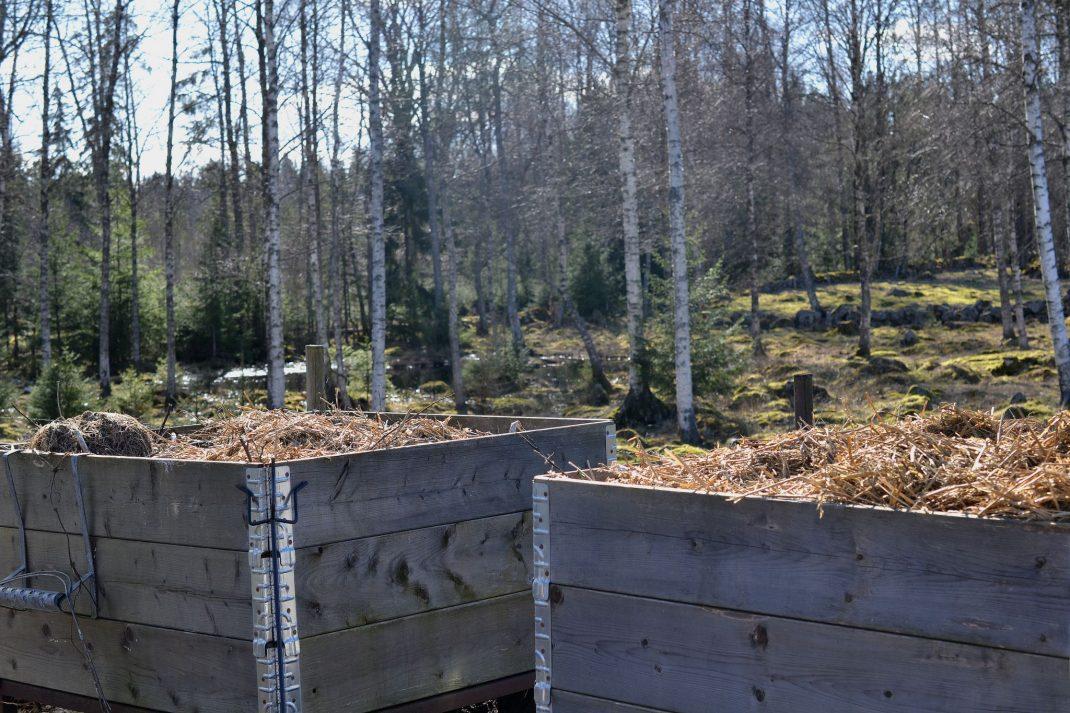 Två komposter av stora pallkragar.