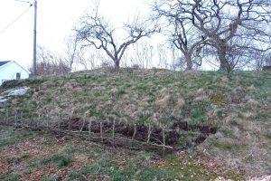 En sluttning med början till ett staket.