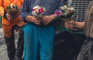 Ge bort-bukett till en bonde en regnig dag